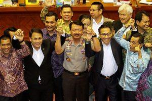 Calon Kapolri Komisaris Jenderal Pol Budi Gunawan (tengah) mengangkat tangan bersama dengan anggota Komisi III DPR RI seusai mengikuti Uji Kepatutan dan Kelayakan di Kompleks Parlemen Senayan, Jakarta Selatan, Rabu, (14/1).