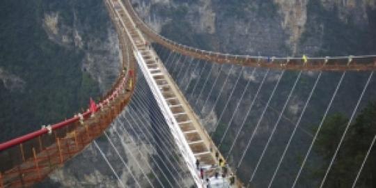 negara-ini-bangun-jembatan-kaca-terpanjang-dan-tertinggi-dunia