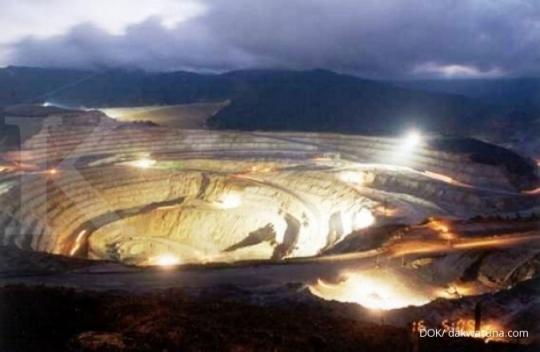 Nama : Grasberg ;Lokasi : Papua, Indonesia ;Penambang : PT Freepot Indonesia ;Produksi : 1.440.000 ons (tahun 2011) Cadangan : 29,8 juta ons emas dan 2,35 miliar ton material bijih atau ore yang mengandung mineral berharga. ;Jumlah tenaga kerja : 20.000 orang ;Keterangan : - Tambang emas ini menjadi pro dan kontra bukan hanya dari sisi lingkungan saja tapi hasil yang didapat dari tambang ini tidak berdampak besar bagi kehidupan rakyat berbanding jauh dengan hasil yang emasnya.  - Cadangan emas di Papua yang mencapai 29,8 juta ons ini merupakan cadangan terbesar atau mencakup 95 persen dari total cadangan emas Freeport di dunia. ;- Perusahaan tambang yang berinduk di Amerika Serikat (AS) ini kontraknya akan habis pada 2021. Dan sedang menunggu kepastian pemerintah, agar kontrak bisa diperpanjang hingga 2041. ;Sumber foto : dakwatuna.com